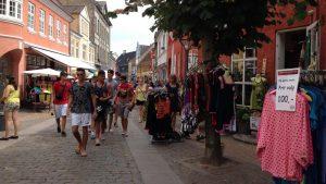 Sommergågaden Østergade med masser af specialbutikker, gallerier og supermarkeder.