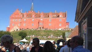 Tranekær Slot er øens stolthed, og flere gange i sommerens løb viser den gamle greve rundt i gemakkerne.